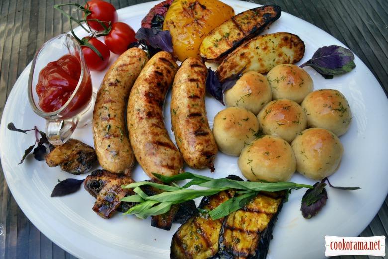 Куриные колбаски с овощами, на гриле, с мини-пампушками