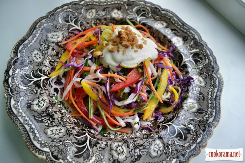 Салат из сезонных овощей, рисовой лапши, с лёгкой заправкой