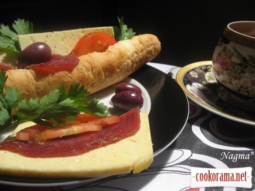 Сандвич с бастурмой и сыром