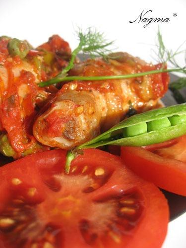 Куриные голени с помидорами и горошком