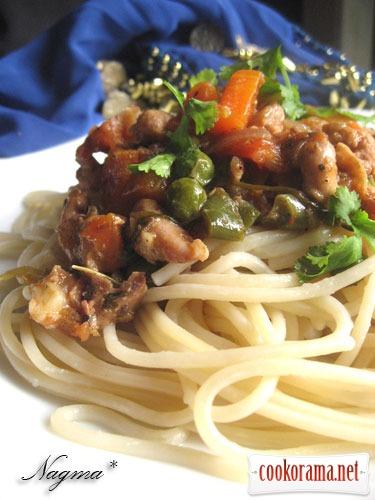 Спагетти с курицей и соусом чили