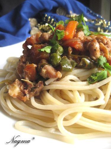 Спагеті з куркою і соусом чилі