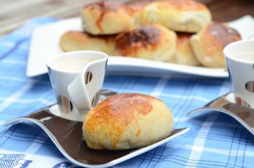 Кава з пиріжками (тісто на кефірі)