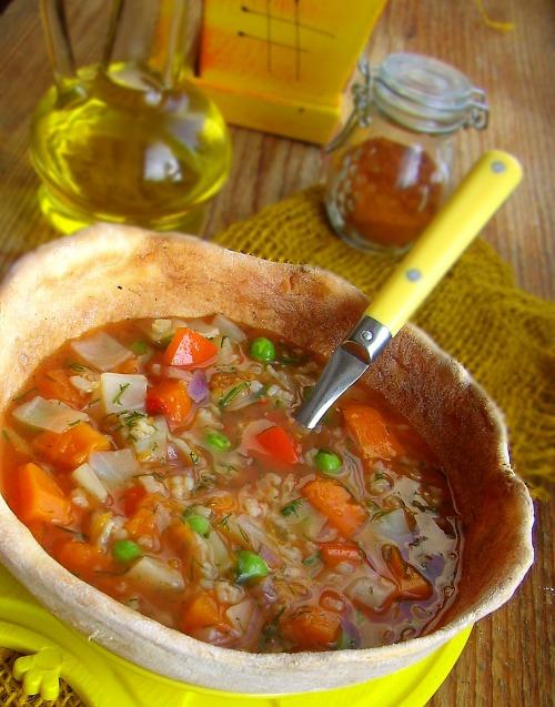 Овощной супчик в хлебной тарелке