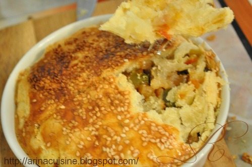 Листковий порційний пиріг з овочами і свининою