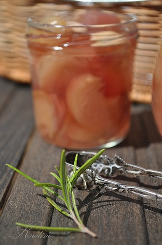 Peach-rosemary jam with almonds