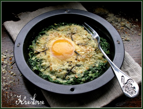 Fried eggs with spinach and rosemary croutons