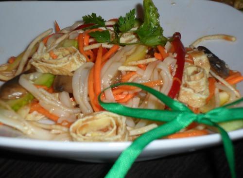 Салат китайский с рисовой лапшой