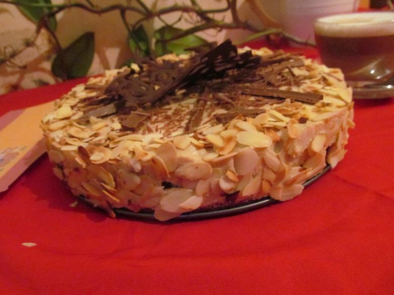 Миндальный торт с кофейным кремом и шоколадом -Tarta de almendras con crema de café y chocolate