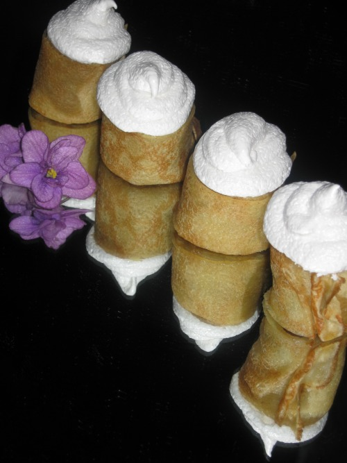 Pancake cakes with apples and meringues