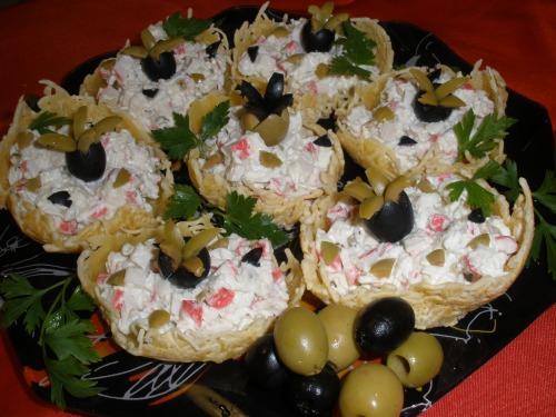 Салат в сирних кошиках