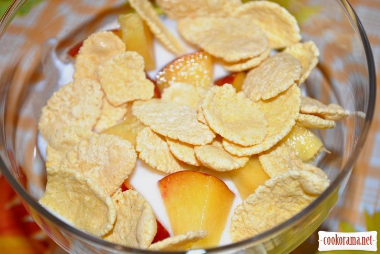 Йогуртовий десерт с персиками і пластівцями