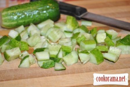 Холодний огірковий суп з горіхами
