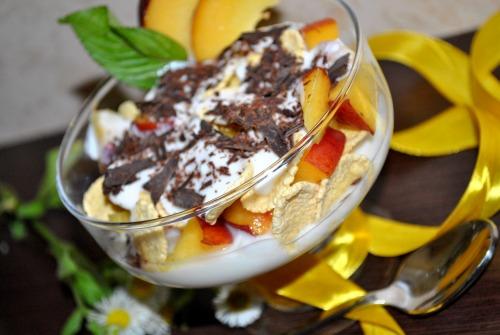 Йогуртовий десерт з персиками і пластівцями