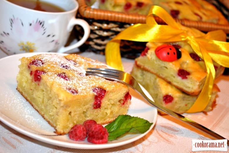 Банановый пирог с малиной