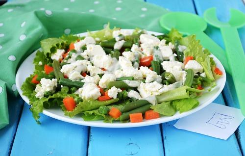 Салат с стручковой фасолью, горошком и фетой