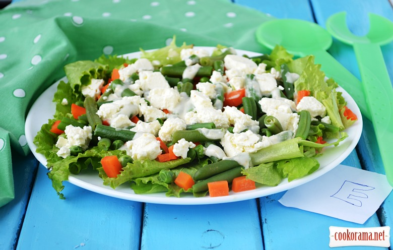 Salad with green beans, peas and feta