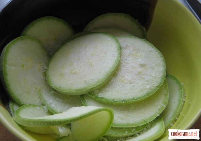 Салат из сырых кабачков с медово-чесночной заправкой