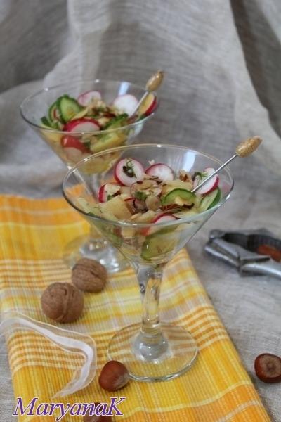 Салат-коктейль з фундука, картоплі та редису