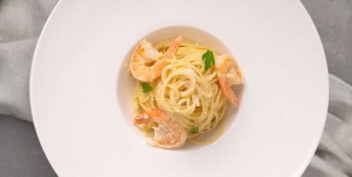 Cпагеті з креветками у вершково-часниковому соусі