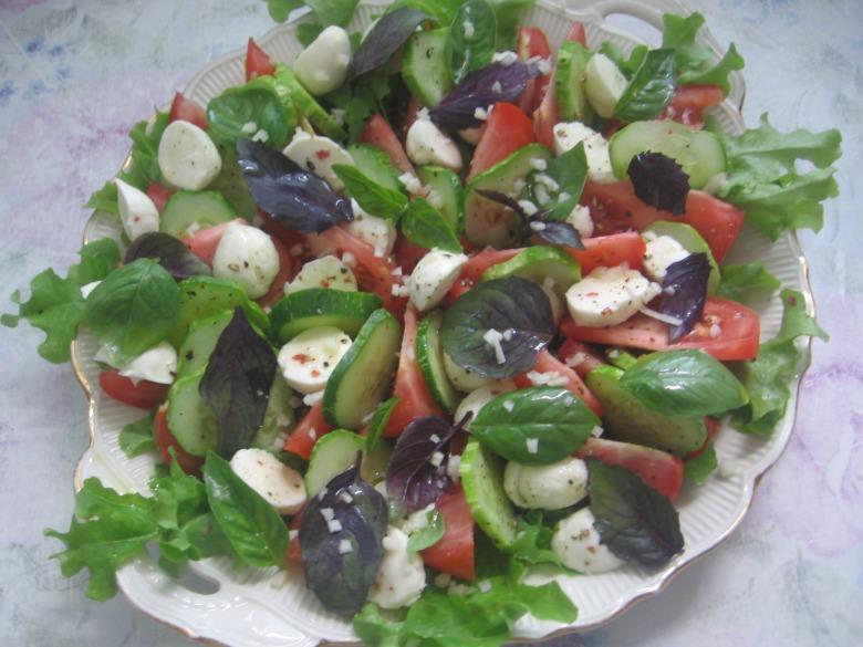Літній салат з моцарелою