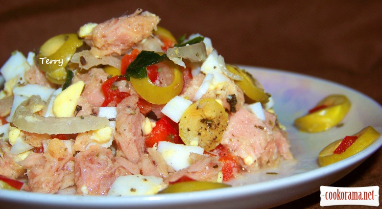 Салат з тунцем і оливками