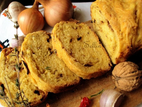 Тыквенный хлеб с луком и орехами