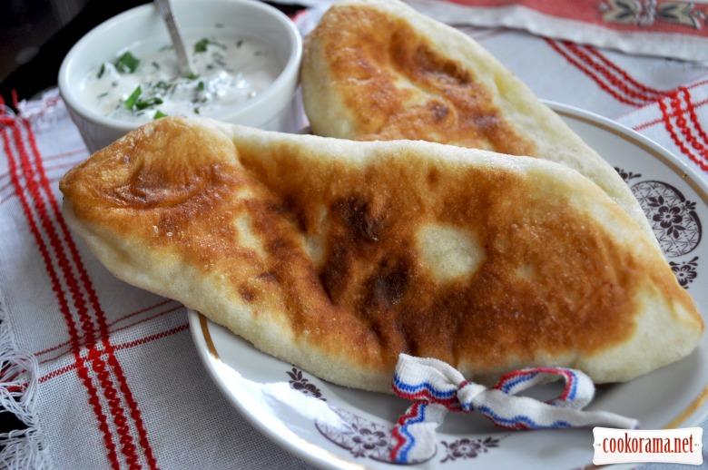 Пиріжки «Лапті» зі сметанно-часниковим соусом