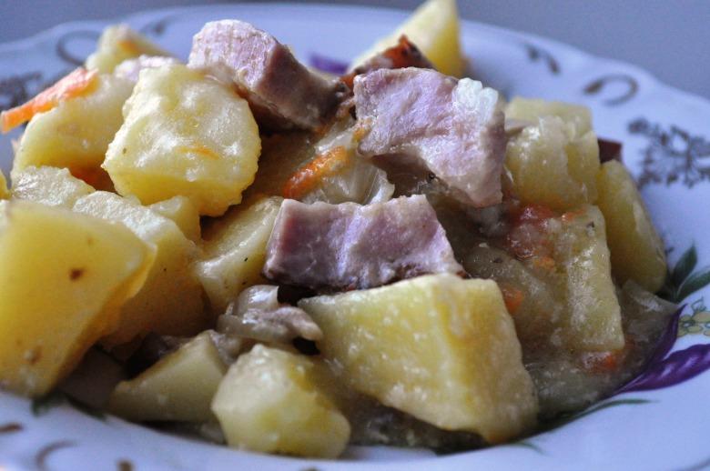 Картопля з шинкою і грибами