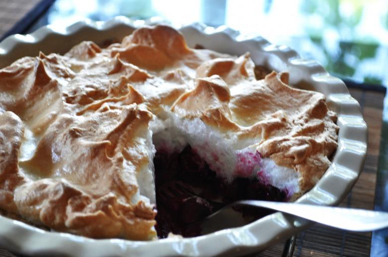 Вишневий пиріг з меренгою