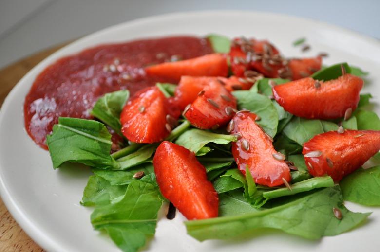 Салат з руколи і полуниці