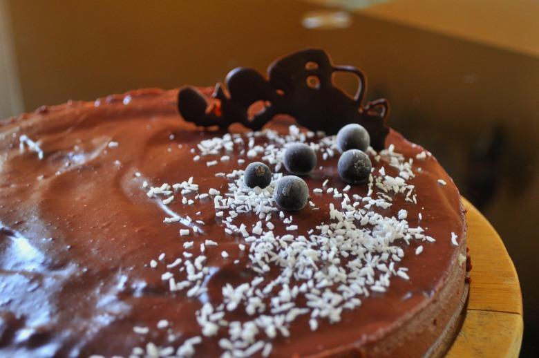 Кокосовий торт із смородиновим ганашем