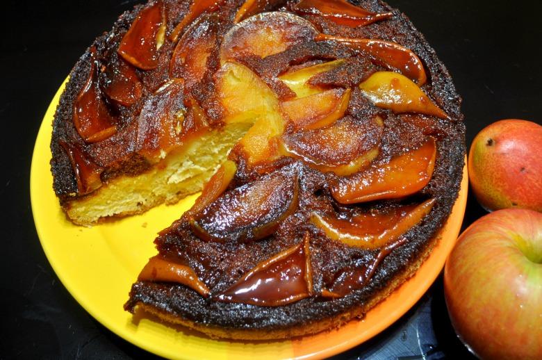 Грушево-яблучний пиріг із соленою карамеллю