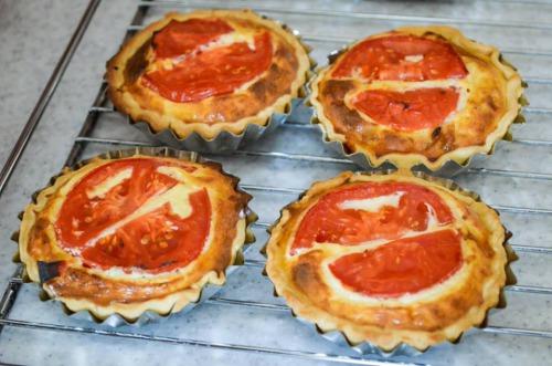 Кіш з карамелізованою цибулею і томатами - відеорецепт від Food School