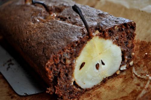 Шоколадний кекс з грушами і горіхами