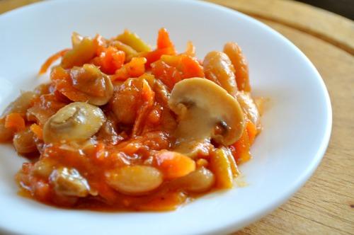 Квасоля тушкована з овочами і грибами
