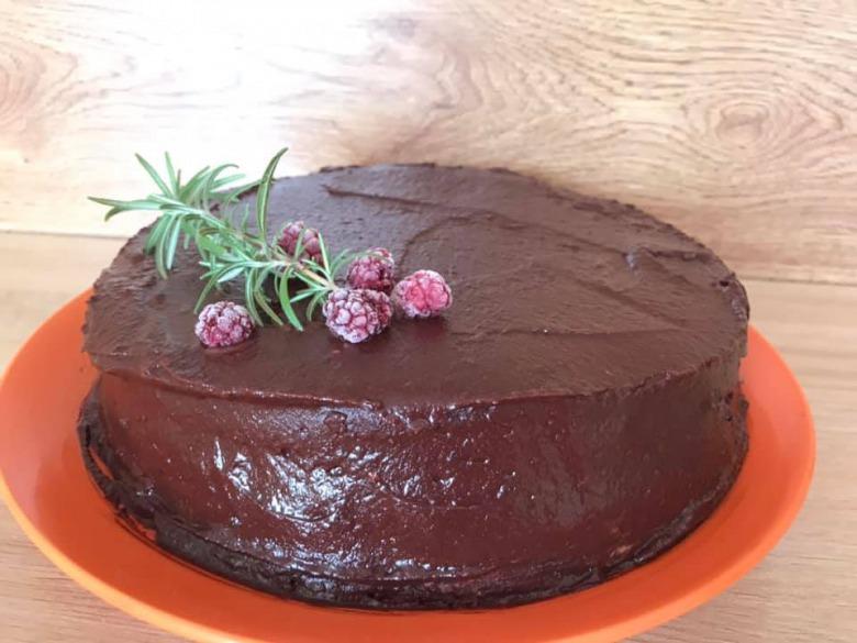 Шоколадно-горіховий торт з малиною