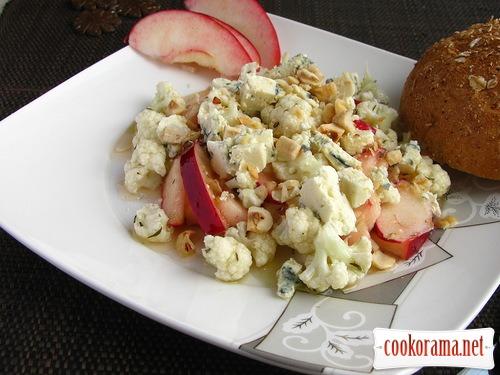 Хрусткий салат з цвітної капусти, яблук і сиру