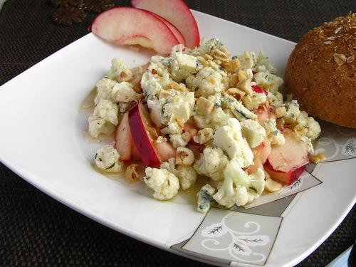 Хрустящий салат из цветной капусты, яблок и сыра