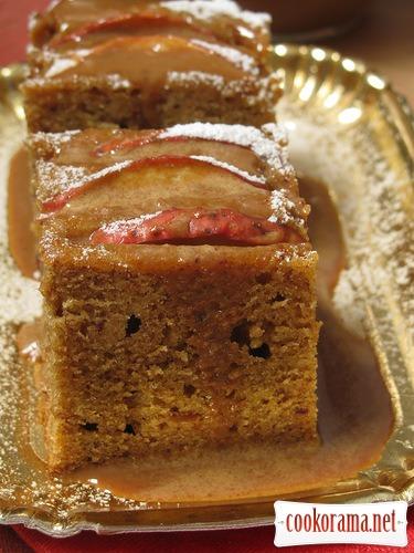 Пряний яблучний пиріг з карамеллю