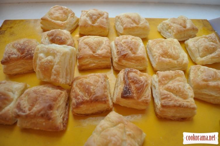 Пирожные из слоеного теста с миндальным кремом