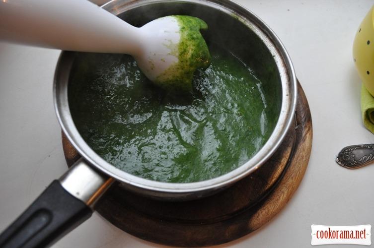 Крем-суп со шпинатом, сыром и креветками