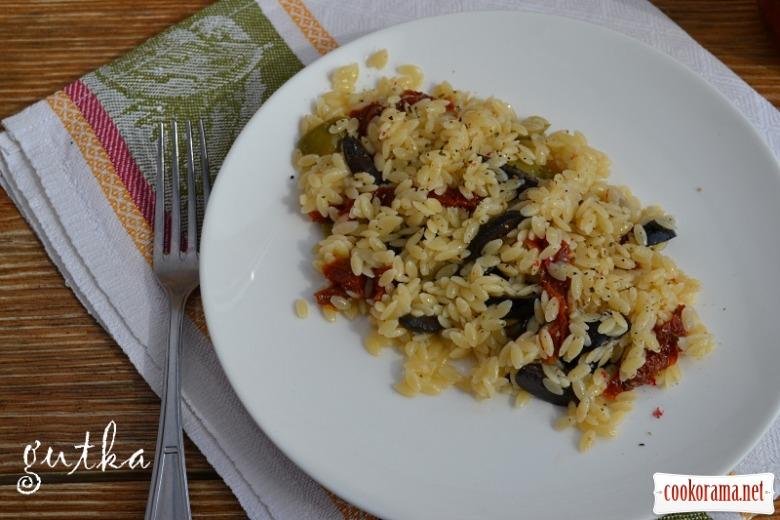 """Салат з пасти """"Risini"""", оливок та в'ялених помідорів"""
