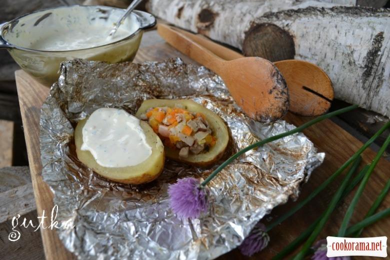 Картопля фарширована запечена на грилі з соусом