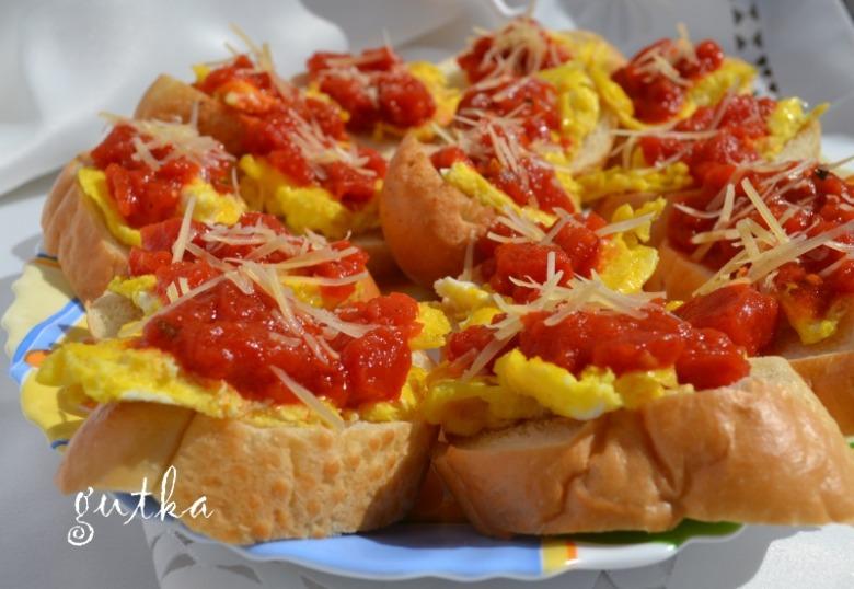 Тости з омлетом і помідорами