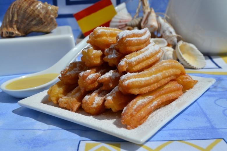 Чуррос (пончики по-іспанськи) з соусом з білого шоколаду