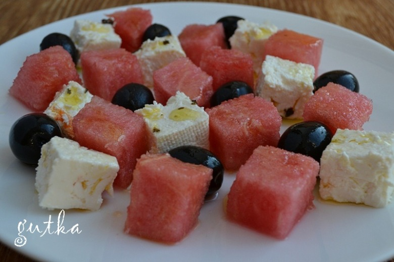 Салат з кавуном, фетою та оливками