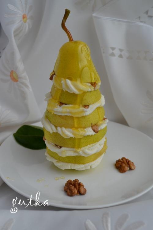 Десерт з груші та сиру