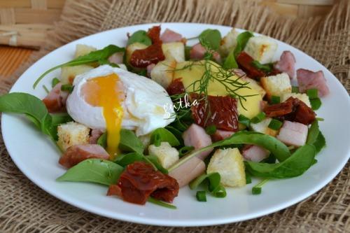 Салат з яйцем-пашот