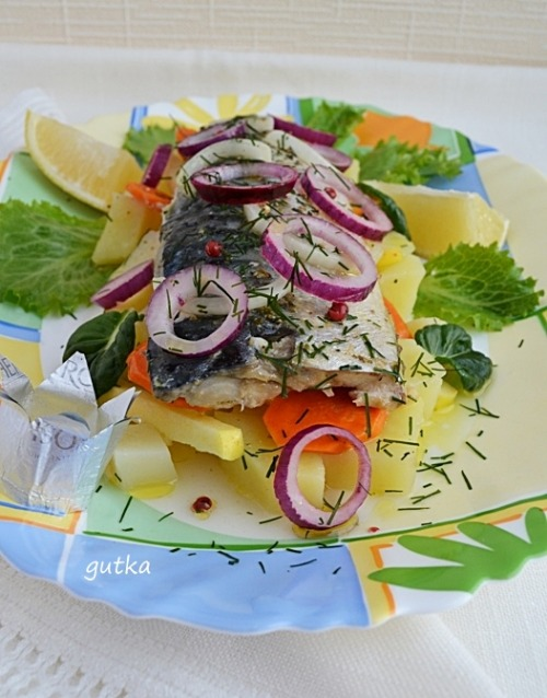Скумбрія, запечена у білому вині з лимоном та травами